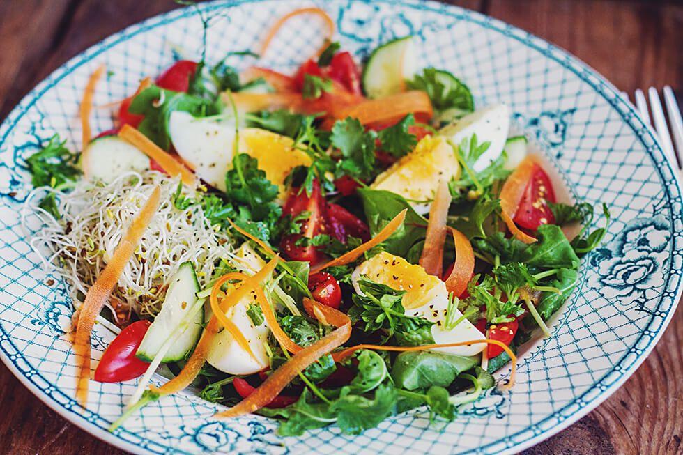 Hälsosam frukost! Havregrynsgröt med stekta päron och äggsallad