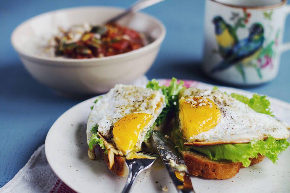Bovetegröt, plommonkompott, stekt ägg, kokoskaffe