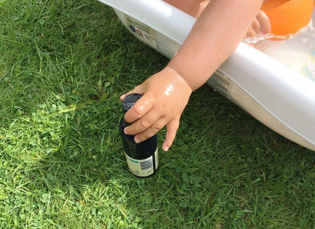Ekologiskt certifierade ingredienser gör den här extra fin att använda när man badar sina små barn. Inget kli i ögonen eller ämnen som irriterar känslig hy. Den doftar ljuvligt i Kalles hår också.